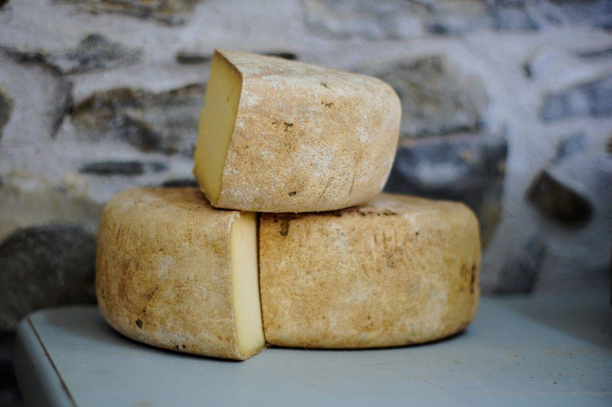 Una vez cortado, el queso siempre debe ser envuelto