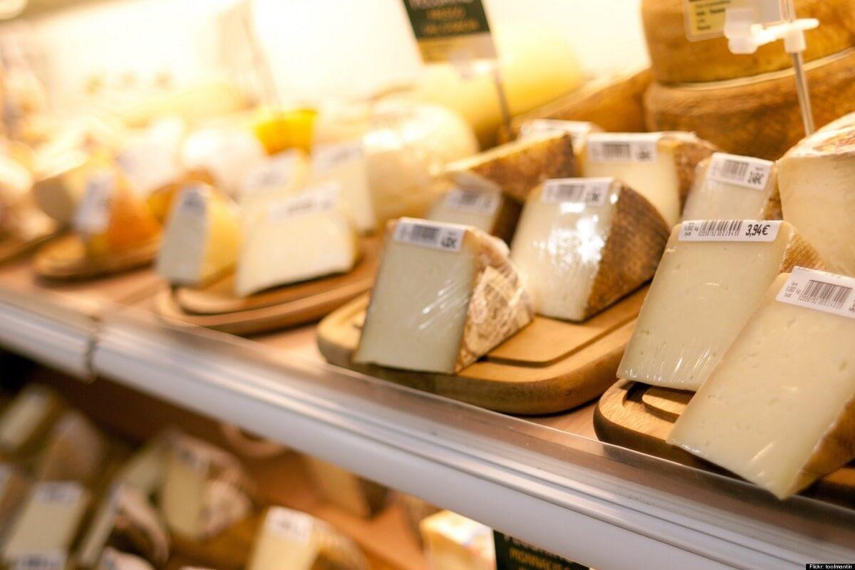 Reemplaza el empaque de plástico con el que compras el queso apenas llegues a tu casa. Si puedes evitar comprar quesos con este empaque, mucho mejor.