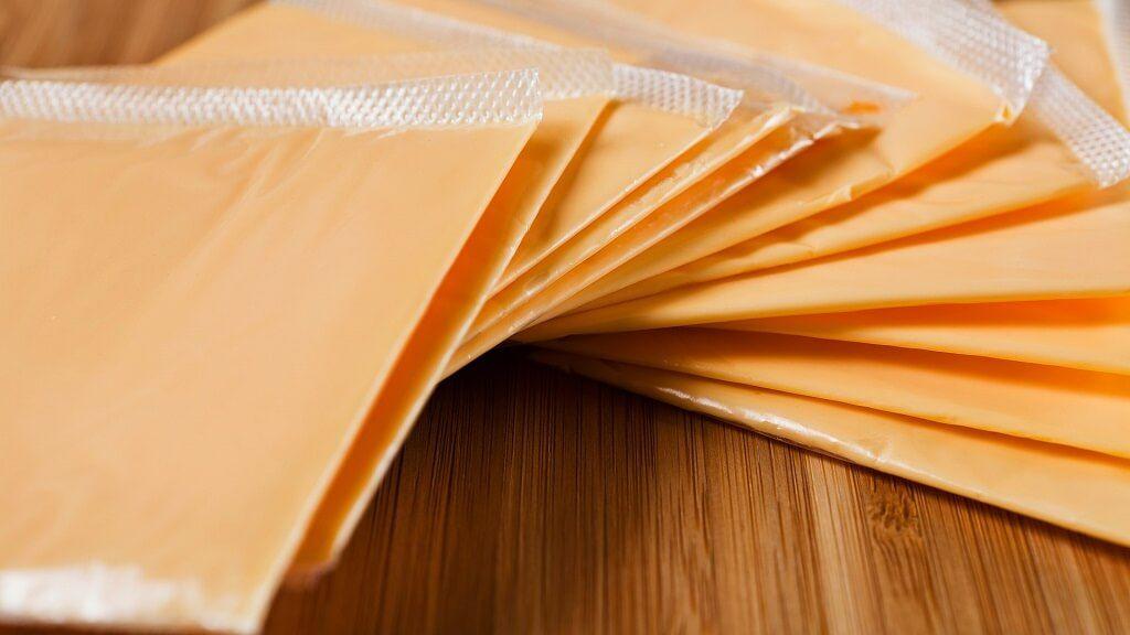 ¡Esto no es cheddar! El queso cheddar americano es queso fundido, pero no queso cheddar