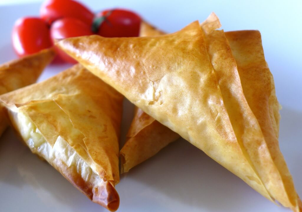 El queso feta brilla en platos de comida griega y arabe