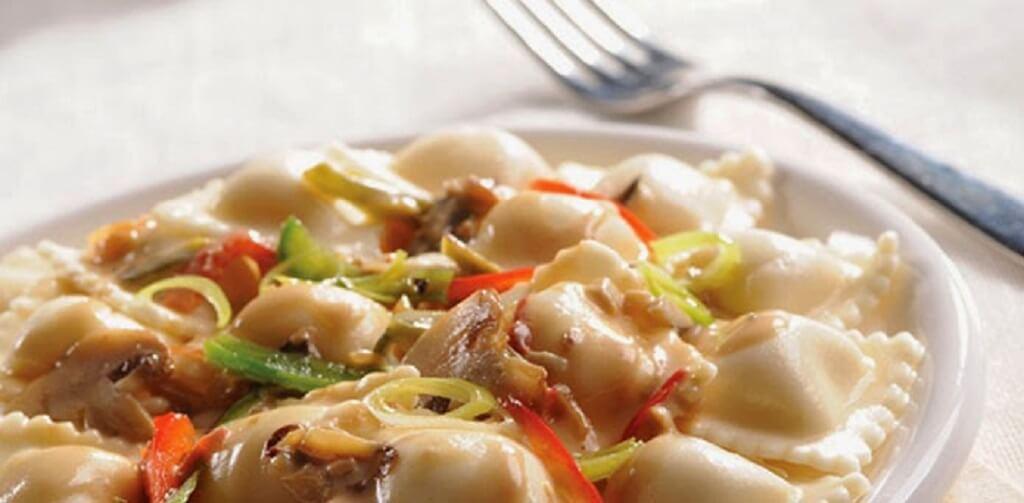 Pasta rellena de ricota con salteado de vegetales y champiñones