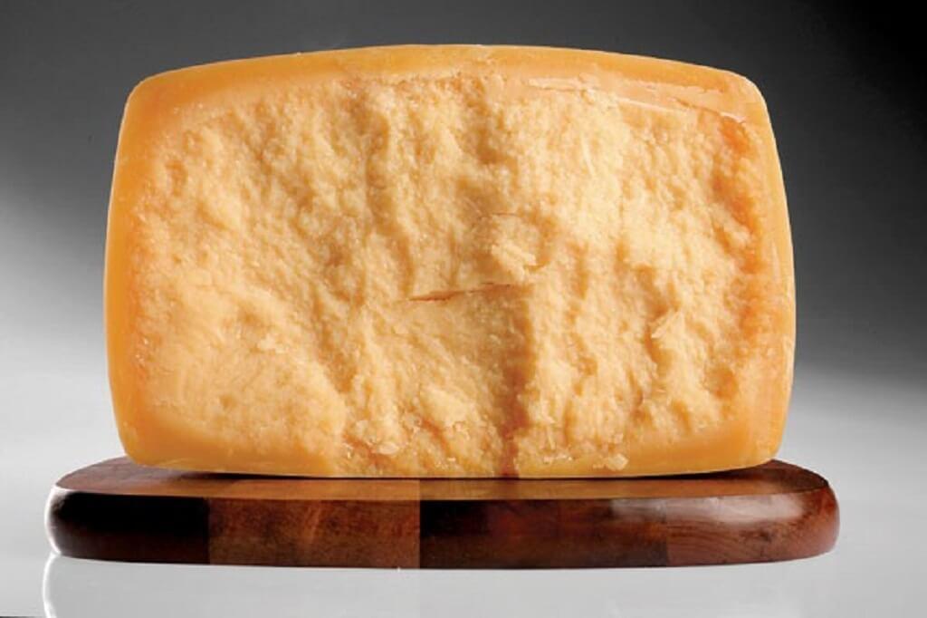 Queso Sbrinz de corteza gruesa e interior granuloso