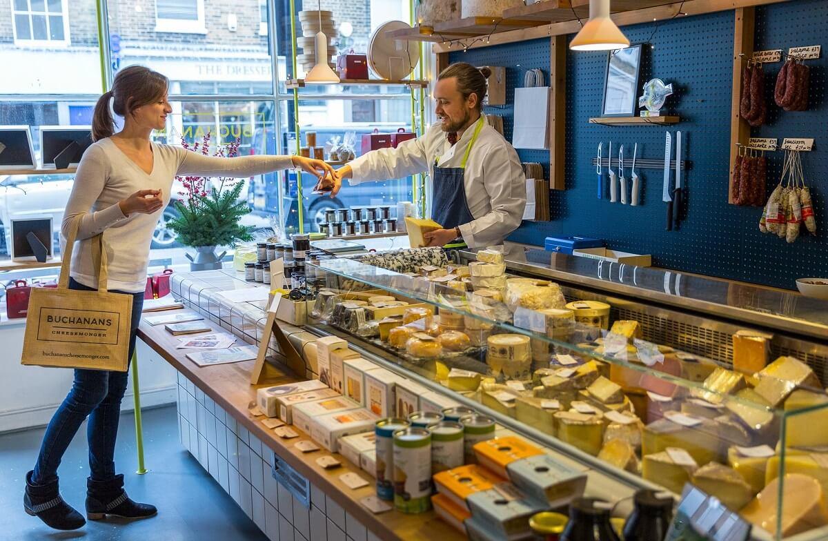 La experiencia de comprar quesos: degustar, los aromas, las variedades