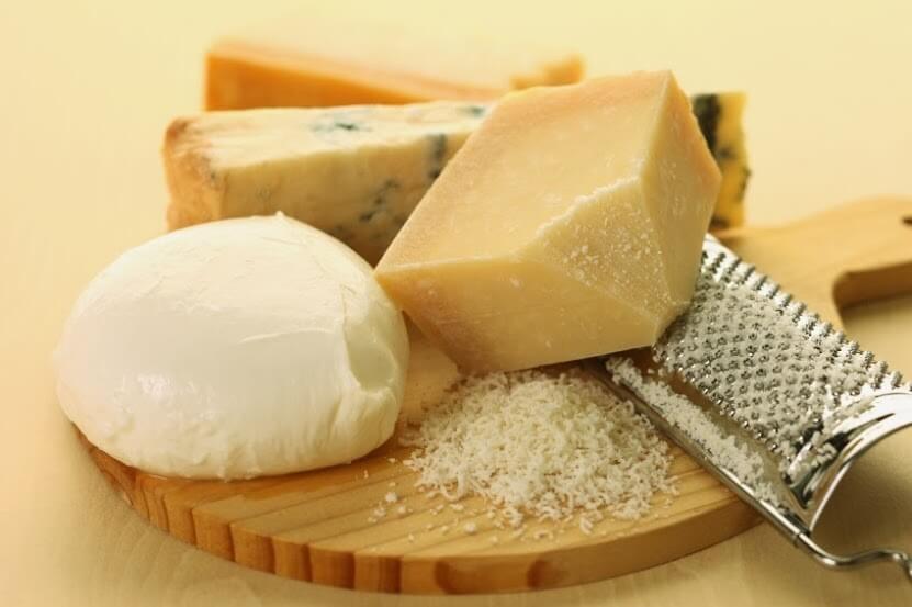 Mezcla distintos quesos rallados para lograr un sabor más intenso